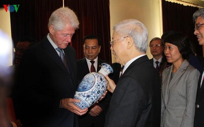 Hinh anh chan tinh giua Tong Bi thu va Bill Clinton hinh anh 4 Dù không còn giữ cương vị trong chính quyền, nhưng ông bà Clinton vẫn thường xuyên theo dõi tình hình và những bước phát triển mọi mặt của quan hệ Việt Nam – Hoa Kỳ.