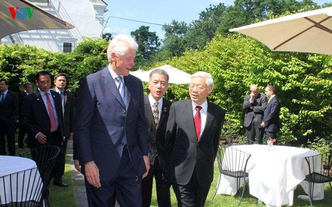 Hinh anh chan tinh giua Tong Bi thu va Bill Clinton hinh anh 5 Cựu Tổng thống Clinton bày tỏ mong muốn mối quan hệ hữu nghị giữa Chính phủ và nhân dân Việt Nam và Hoa Kỳ tiếp tục phát triển nhanh chóng và đạt nhiều kết quả hơn nữa trong thời gian tới.