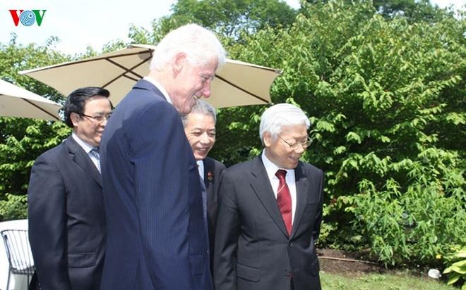 Hinh anh chan tinh giua Tong Bi thu va Bill Clinton hinh anh 6 Tổng Bí thư Nguyễn Phú Trọng chân thành cảm ơn tình cảm và những đóng góp quan trọng của cựu Tổng thống Clinton và Phu nhân đối với sự phát triển quan hệ mọi mặt giữa Việt Nam và Hoa Kỳ trong 20 năm qua; bày tỏ luôn coi ông bà Clinton là những người bạn lớn của nhân dân Việt Nam.
