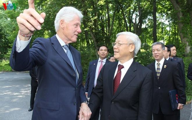 Hinh anh chan tinh giua Tong Bi thu va Bill Clinton hinh anh 7 Tổng Bí thư nhắc lại quyết định bình thường hóa quan hệ Việt Nam – Hoa Kỳ của Ngài Tổng thống 20 năm về trước đã tạo ra bước ngoặt lịch sử đưa quan hệ hai nước phát triển nhanh và thực chất.