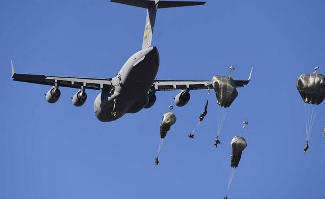 Lính dù Mỹ thuộc Sư đoàn bộ binh 4/25 đổ bộ từ máy bay vận tải quân sự C-17 Globemaster xuống vùng Rockhampton, Australia trong khuôn khổ Talisman Sabre 2015, cuộc tập trận chung giữa Mỹ và Australia.