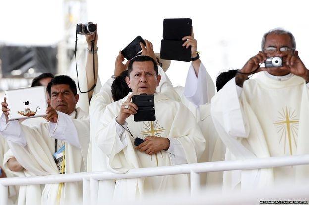 Các linh mục dùng máy ảnh, máy tính bảng, điện thoại ghi lại hình ảnh Đức giáo hoàng Francis khi ông chủ trì thánh lễ tại một công viên ở thành phố Guayaquil của Ecuador.
