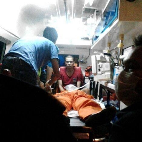 3 thuyen vien Viet Nam thiet mang o Malaysia hinh anh 1 Đội cứu hộ đang chăm sóc một thuyền viên Việt Nam. Ảnh: MMEA