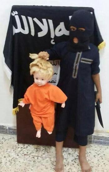 Chiến binh nhí của IS tái hiện cảnh hành quyết nhà báo Mỹ James Foley. Ảnh: Twitter