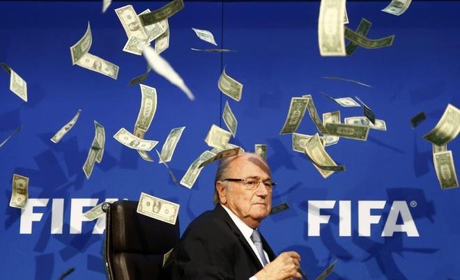Nhung hinh anh an tuong nhat tuan qua (20 - 26/7) hinh anh 6 Diễn viên hài người Anh Lee Nelson (không xuất hiện trong ảnh) ném tiền trước mặt Sepp Blatter, Chủ tịch Liên đoàn Bóng đá Thế giới (FIFA), khi ông tới dự một cuộc họp báo bất thường tại thành phố Zurich, Thụy Sĩ, ngày 20/7. FIFA sẽ bỏ phiếu bầu chủ tịch mới thay thế ông Blatter hôm 26/7 sau vụ bê bối tham nhũng lớn nhất 25 năm qua.  Ảnh: Reuters