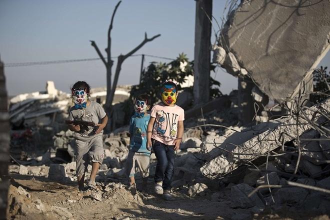 Nhung hinh anh an tuong nhat tuan qua (20 - 26/7) hinh anh 5 Trẻ em thành phố Gaza, Palestine vui chơi giữa đống đổ nát của một tòa nhà bị phá hủy trong cuộc chiến dài 50 ngày hồi năm ngoái.