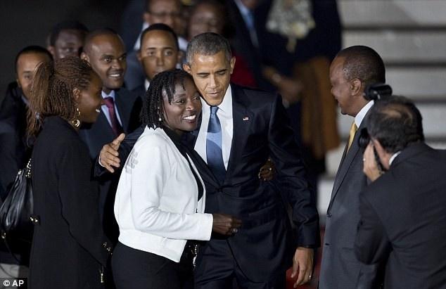 Nhung hinh anh an tuong nhat tuan qua (20 - 26/7) hinh anh 1 Uhuru Kenyatta, Tổng thống Kenya (người đeo cà vạt vàng), chào đón người đứng đầu nước Mỹ tại sân bay ở Naibori. Ảnh: AP