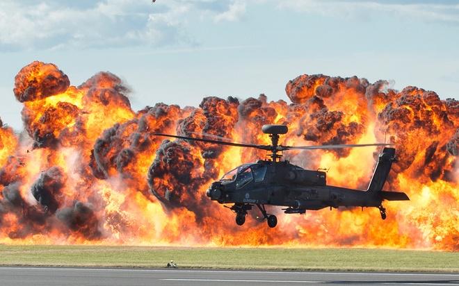 Nhung hinh anh an tuong nhat tuan qua (20 - 26/7) hinh anh 2 Trực thăng Apache bay trước bức tường lửa tại trong khi trình diễn tại triển lãm hàng không RIAT ở hạt Gloucestershire, Anh.