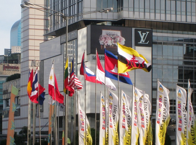 Hanh trinh nua the ky phat trien va doi moi cua ASEAN hinh anh 8 11/2011 Tuyên bố Bali về Cộng đồng ASEAN trong Cộng đồng ASEAN trong Cộng đồng các Quốc gia Toàn cầu (Tuyên bố Hòa hợp Bali III): Bên cạnh việc dành ưu tiên thực hiện hiệu quả và đúng hạn mục tiêu xây dựng Cộng đồng ASEAN vào năm 2015, các quốc gia thành viên ASEAN cũng chú trọng các nỗ lực nhằm nâng cao vai trò và vị thế của Hiệp hội trên trường quốc tế.