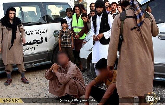 The gioi tan bao cua IS qua loi nguoi trong cuoc hinh anh 3 Những vụ hành quyết, chặt đầu thường xuyên diễn ra ở khu vực IS kiểm soát. Ảnh: Daily Mail