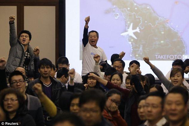 Ngày 24/3, Thủ tướng Najib thông báo MH370 có thể đã rơi ở Ấn Độ Dương, theo phân tích từ dữ liệu vệ tinh. Ngày hôm sau, thân nhân hành khách Trung Quốc quá khích đã ẩu đả với đội bảo vệ bên ngoài đại sứ quán Malaysia để đòi câu trả lời.