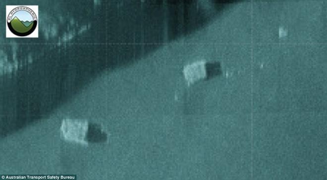 Phat hien 2 vat the nghi la hop den MH370 hinh anh