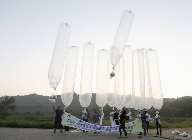 Don chien tranh tam ly giua Trieu Tien va Han Quoc hinh anh 2 Các nhà hoạt động Hàn Quốc thường gửi thông điệp cho phía Triều Tiên qua bóng bay. Ảnh: Reuters