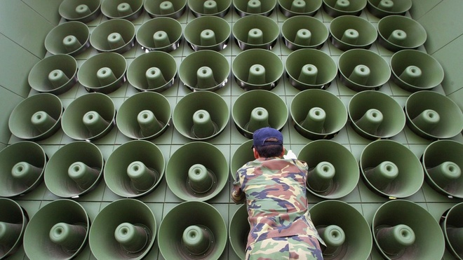 Don chien tranh tam ly giua Trieu Tien va Han Quoc hinh anh 1 Binh lính Hàn Quốc lắp đặt hệ thống loa tuyên truyền ở khu vực phi quân sự giữa hai miền. Ảnh: Mashable