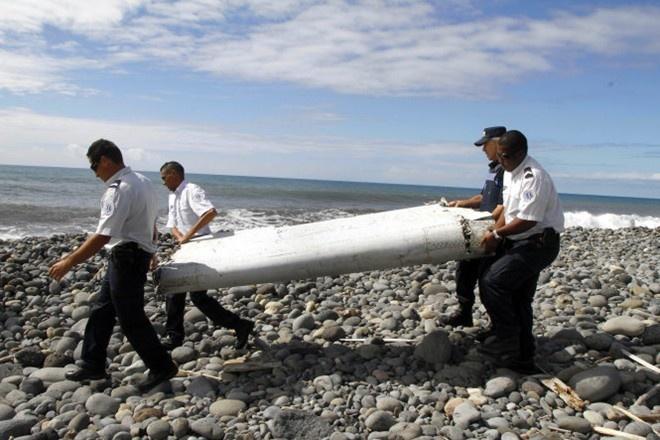Phap xac nhan manh vo canh may bay chac chan thuoc MH370 hinh anh 1 Đội tìm kiếm thu hồi phần cánh tà máy bay Boeing 777 trên đảo Reunion để điều tra. Ảnh: SCMP