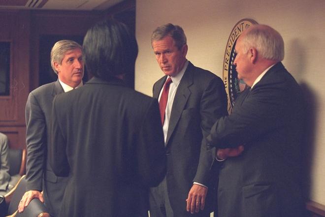 Tong thong My o dau khi tham kich 11/9 xay ra? hinh anh 7 Tổng thống George Bush đang thảo luận với các quan chức cấp cao trước khi phát biểu trực tiếp trên truyền hình vào tối ngày 11/9.