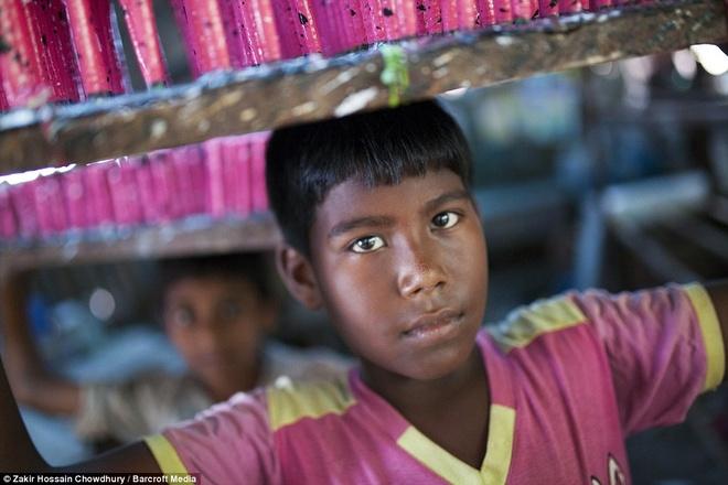 Cong viec trong xuong bong bay cua tre em Bangladesh hinh anh