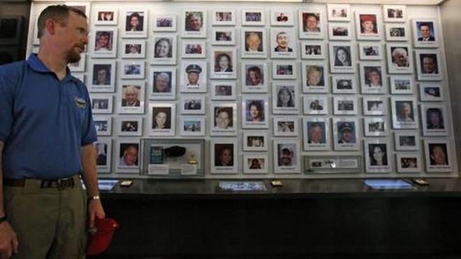 My khanh thanh Trung tam tuong niem quoc gia Chuyen bay 93 hinh anh 2 Bức tường gắn ảnh và tên tuổi các nạn nhân và phi hành đoàn trên chuyến bay 93. Ảnh: ABC