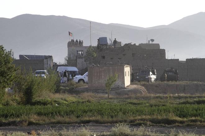 Taliban tan cong trai giam, giai thoat 400 tu nhan hinh anh 1 Lực lượng an ninh Afghanistan gác bên ngoài trại giam ở ngoại ô thành phố Ghazni. Ảnh: AP