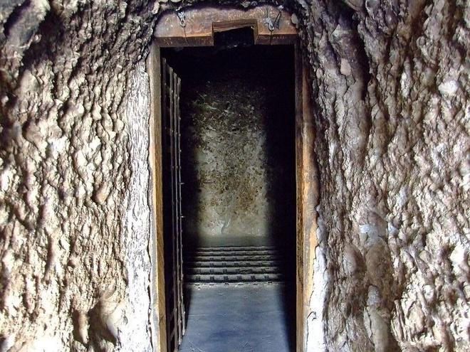"""Noi giam giu toi pham nguy hiem o My the ky 19 hinh anh 6 Khu vực đáng sợ nhất trong nhà tù là """"lỗ đen"""". Đây là một hang động có kích thước 4,5x4,5 m, xuyên đồi đá và có một lồng sắt ở giữa. Nhiều tù nhân từng bị ném xuống """"lỗ đen"""" trong vài ngày. Họ chỉ được ăn bánh vì và uống nước 2 lần/ngày. Quản ngục trừng phạt những ai cố tìm đường thoát bằng cách xích người đó vào quả bóng sắt rất nặng."""