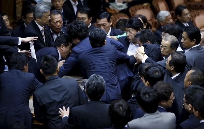 Các nghị sĩ Nhật xô đẩy nhau Ảnh: Reuters