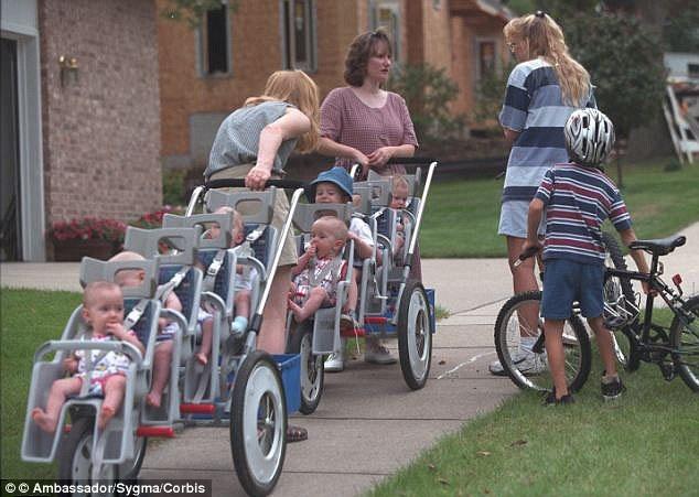 Cuoc song tat bat cua gia dinh sinh 7 o My hinh anh 4 Mấy tháng đầu chào đời, mỗi ngày 7 đứa con của vợ chồng anh Kenny McCaughey uống 42 bình sữa, dùng 52 chiếc tã giấy. Hiện nay, cả gia đình 9 thành viên vẫn đang sống trong ngôi nhà và vẫn sử dụng chiếc xe hơi 9 chỗ được tặng ngày đó. Anh Kenny McCaughey cho biết nhờ những sự giúp đỡ này của mọi người mà họ mới có thể nuôi dạy thành công 7 đứa trẻ.