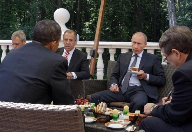 Vi sao cuoc gap giua Obama va Putin la buoc dot pha? hinh anh 2 Tổng thống Mỹ Obama (quay lưng) và Thủ tướng Nga (cầm ly trà) trò chuyện trên sân thượng tư dinh của ông Putin bên ngoài thủ đô Moscow ngày 7/7/2009. Ảnh: AFP
