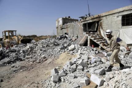 Nga se tang cuong do cac dot khong kich IS tai Syria hinh anh 1 Một tòa nhà bị hư hại sau đợt không kích của Không quân Nga tại thị trấn Ehsim, tỉnh  Idlib ngày 3/10. Ảnh: Reuters