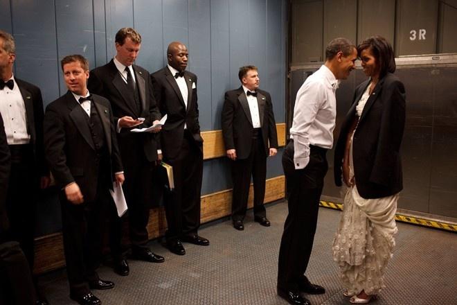 Khoanh khac dep cua vo chong Obama trong 23 nam chung song hinh anh 2 Vị tổng thống da màu đầu tiên trong lịch sử hơn 200 năm của xứ cờ hoa khẽ chạm đầu vợ trong ngày nhậm chức năm 2009 trước sự hiện diện của các thành viên đội mật vụ.