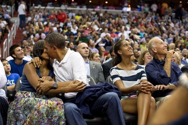 Khoanh khac dep cua vo chong Obama trong 23 nam chung song hinh anh 8 Họ không ngần ngại trao nhau nụ hôn say đắm khi tới xem một cuộc thi đấu bóng rổ Olympic, năm 2012.