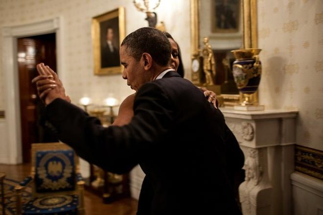 Khoanh khac dep cua vo chong Obama trong 23 nam chung song hinh anh 6 Hai người say sưa trong điệu nhảy trước một buổi hòa nhạc vào tháng 5/2012 ở Nhà Trắng.