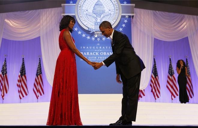 Khoanh khac dep cua vo chong Obama trong 23 nam chung song hinh anh 9 Ông chủ Nhà Trắng khẽ cúi đầu trước phu nhân trước khi họ bắt đầu khiêu vũ tại lễ nhậm chức tổng thống Mỹ nhiệm kỳ hai tại Tòa nhà Quốc hội năm 2013.