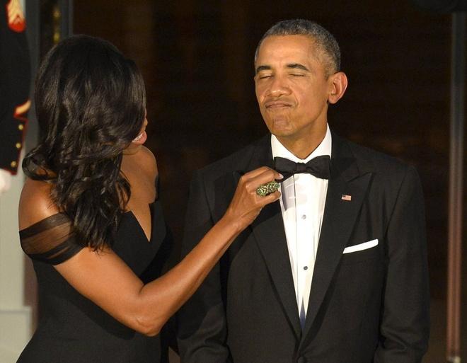 Khoanh khac dep cua vo chong Obama trong 23 nam chung song hinh anh 10 Bà Michelle sửa sang trang phục cho phu quân trong lúc chờ Chủ tịch Trung Quốc Tập Cận Bình và vợ - bà Bành Lệ Viện – tới dự tiệc tối tại Nhà Trắng hôm 24/9.