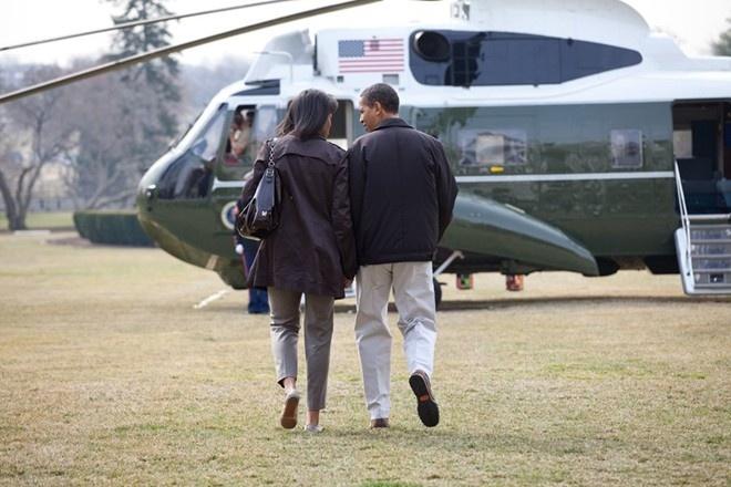 Khoanh khac dep cua vo chong Obama trong 23 nam chung song hinh anh 3 Tay trong tay, ông Obama và vợ trò chuyện trước chuyến bay tới trại David lần đầu tiên kể từ khi ông nhậm chức tổng thống Mỹ.