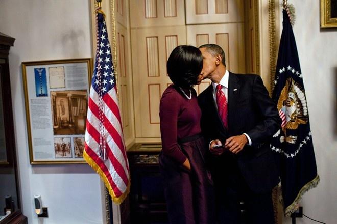 Khoanh khac dep cua vo chong Obama trong 23 nam chung song hinh anh 4 Obama khẽ hôn má vợ sau khi ông đọc Thông điệp Liên bang năm 2010 trước lưỡng viện Quốc hội Mỹ. Tổng thống Obama nhắc đến vợ trong các bài phát biểu. Họ thường trao nhau nụ hôn ngọt ngào ngay trước ống kính máy ảnh.