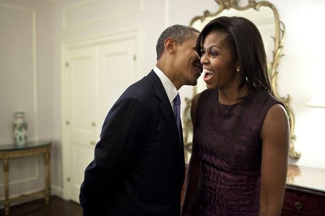 Khoanh khac dep cua vo chong Obama trong 23 nam chung song hinh anh 5 Người đàn ông quyền lực nhất nước Mỹ khẽ thì thầm với vợ trong giờ nghỉ tại một sự kiện của Đại hội đồng Liên Hợp Quốc, năm 2011.