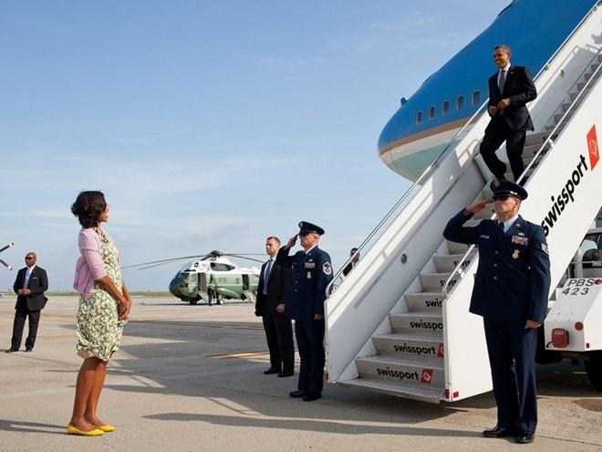 Khoanh khac dep cua vo chong Obama trong 23 nam chung song hinh anh 7 Đệ nhất phu nhân tươi cười chào đón chồng khi ông Obama bước xuống máy bay tại sân bay quốc tế John F. Kennedy, hồi tháng 6/2012.