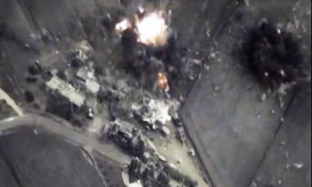 Chuyen 'chia phe danh nhau' o Syria hinh anh 1 Hiện trường một vụ không kích IS của Nga. Ảnh: Reuters