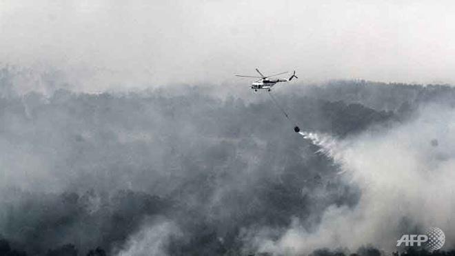 Khoi mu o Dong Nam A co the keo dai den thang 3/2016 hinh anh 1 Trực thăng MI-17 của Indonesia phun nước dập tắt đám cháy ở khu vực Ogan Komering Ilir thuộc