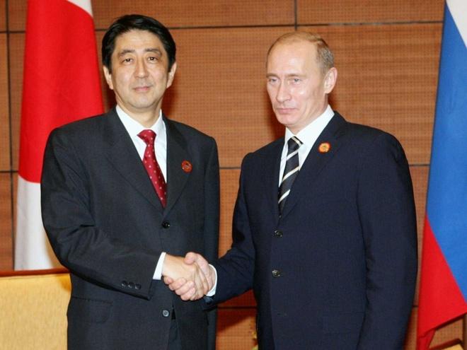 Thủ tướng Nhật Bản Shinzo Abe (trái) bắt tay Tổng thống Nga Vladimir Putin. Ảnh:
