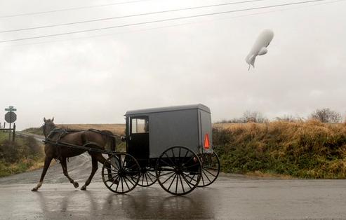My dieu chien dau co F-16 tim khinh khi cau quan su hinh anh 1 Khinh khí cầu quân sự bay lơ lửng trên bầu trời. Ảnh: Twitter/Telegraph