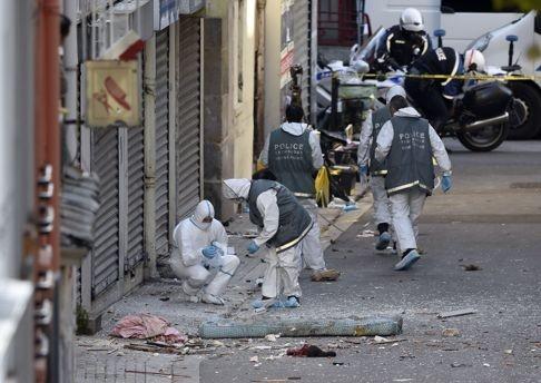 Paris: 7 gio nghet tho cung 5.000 phat dan hinh anh 2 Chuyên gia pháp y thu thập bằng chứng tại hiện trường. Ảnh:  AFP
