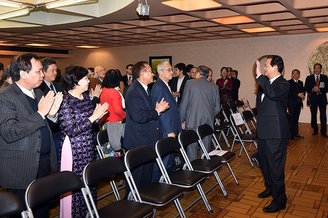 Viet Nam khang dinh cam ket chong bien doi khi hau o COP21 hinh anh 3 Thủ tướng Nguyễn Tấn Dũng gặp gỡ và nói chuyện thân mật với đại diện cộng đồng người Việt tại Pháp. Ảnh VGP/ Nhật Bắc