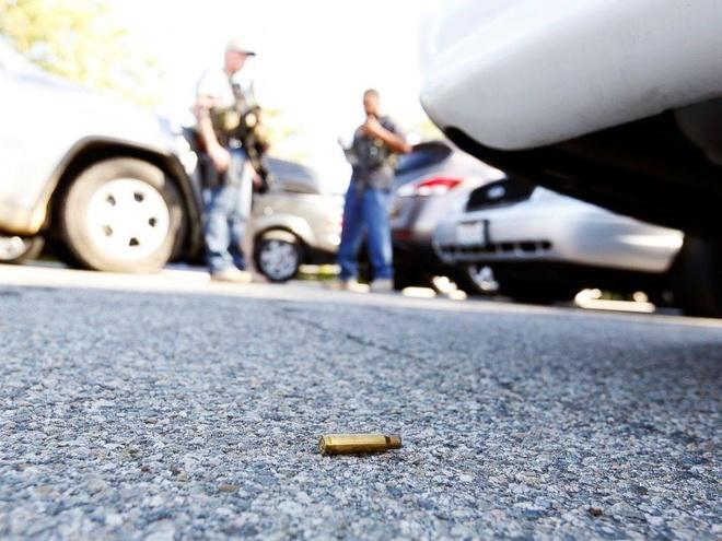 Hien truong vu xa sung dam mau o My hinh anh 10 Một viên đạn nằm dưới đất sau vụ xả súng. Ảnh: Reuters