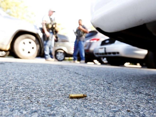 Nghi pham nu vu xa sung o My the trung thanh voi thu linh IS hinh anh 1 Một viên đạn nằm dưới đất sau vụ xả súng. Ảnh: Reuters
