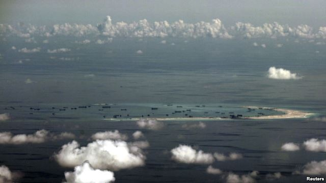 Nghi si My to Trung Quoc thieu thanh that ve Bien Dong hinh anh 1  An aerial photo taken May 11, 2015, from a Philippine military plane shows the alleged ongoing land reclamation by China in the Spratly Islands region of the South China Sea, west of Palawan, Philippines.