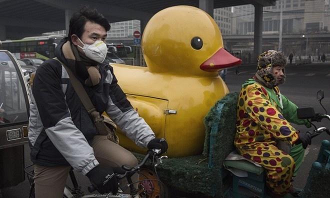 Ngày 7/12, Bắc Kinh lần đầu nâng mức cảnh báo lên báo động đỏ - mức cao nhất trong thang cảnh báo ô nhiễm không khí. Chính quyền cảnh báo thủ đô sẽ chìm trong sương mù nghiêm trọng từ ngày 8 đến 10/12. Theo Tân Hoa Xã, cảnh báo đỏ là mức cao nhất trong thang cảnh báo ô nhiễm không khí và khói bụi gồm 4 bậc. Đây là lần đầu tiên Bắc Kinh phát cảnh báo đỏ về ô nhiễm. Ảnh: Getty