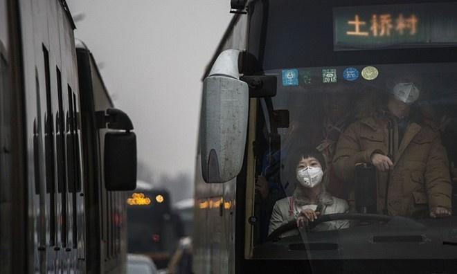Người dân đeo khẩu trang, chen chúc trên một xe buýt. Chính quyền cảnh báo, tình trạng khói nghiêm trọng sẽ kéo dài hơn 3 ngày. Họ thông báo lịch hoạt động cho các xe hơi mang biển số chẵn, lẻ. Quyết định này được thực thi từ 7h ngày 8/12 và kéo dài tới 12h ngày 10/12 khi tình trạng sương mù chấm dứt. Ảnh: Getty