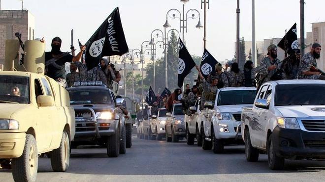 IS se van hoanh hanh trong nam 2016 hinh anh 1 Phiến quân IS diễu hành trên đường phố Syria. Ảnh: Álarabiya.net