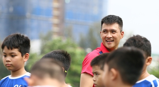 Cuu tien dao Le Cong Vinh: 'Gio thi toi thoai mai xem World Cup' hinh anh